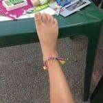 haciendo pulseras de tobillos