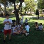 Haciendo arcos y flechas en el parque