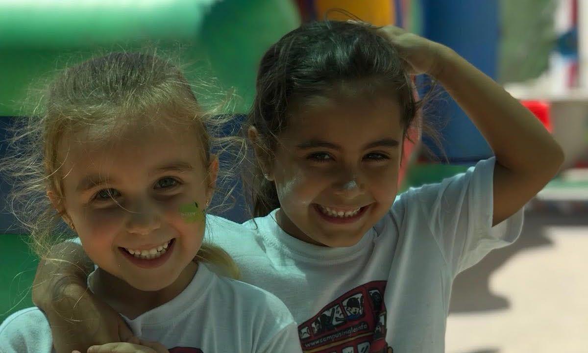 Campus Ingles smiling girls